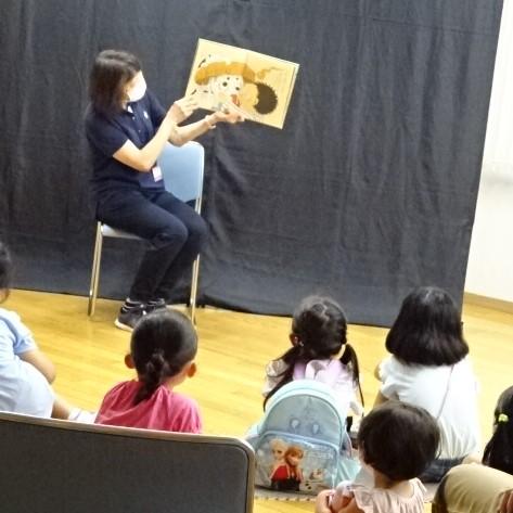 絵本でお話しする演者と子どもたち