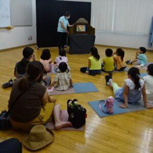 紙芝居に聴き入る子どもたちの様子