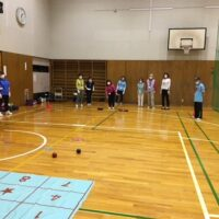 ボールを数字の的に投げる練習