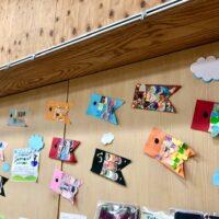 コミハの壁に飾った沢山のこいのぼりの写真